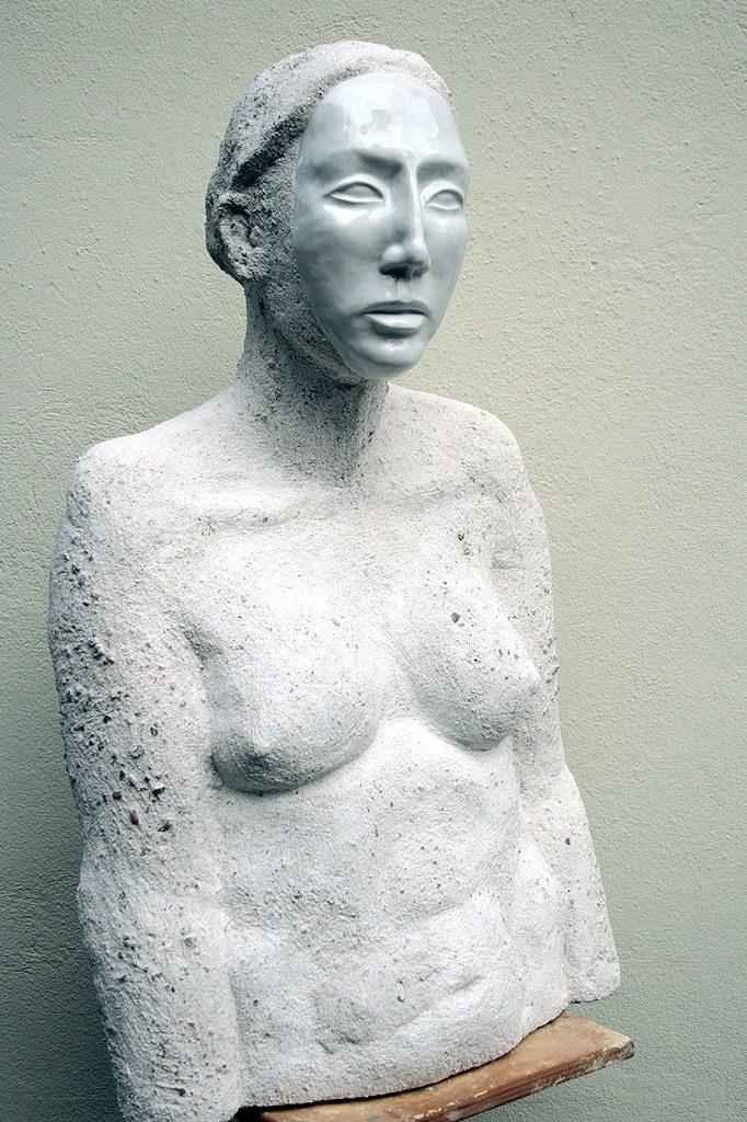 Büste einer Frau mit Porzellanmaske